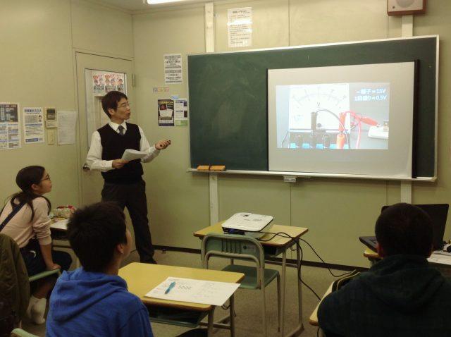 理科では動画を使った授業を行います。