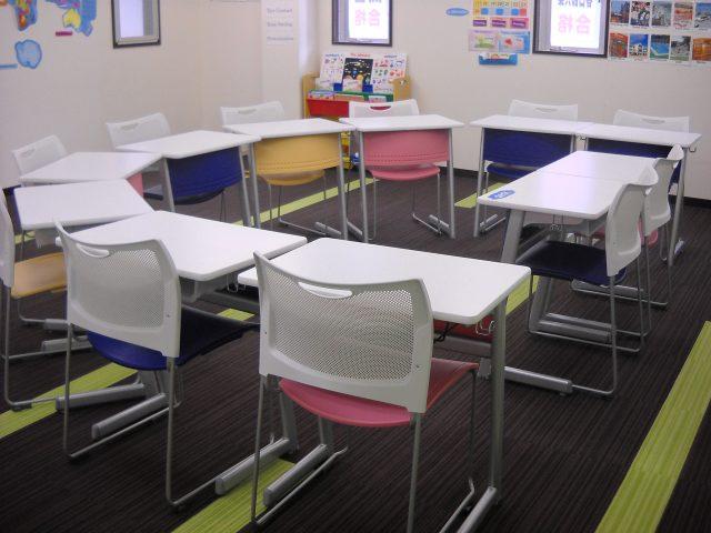 SAIEI English専用ルームです。机を半円形に配置することでアクティブな授業を展開します。
