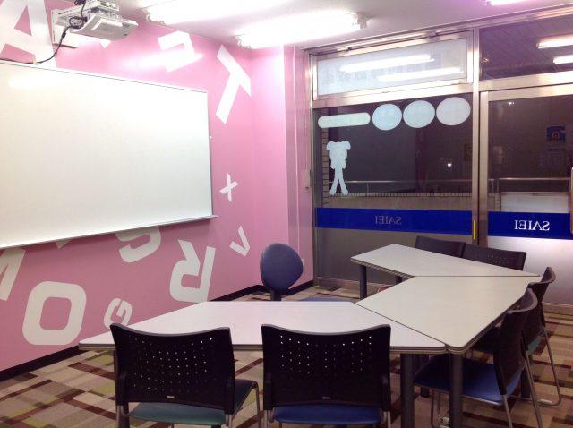 小学校低学年の生徒が映像授業で使う教室です。
