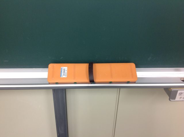 大きな黒板消しは白熱する授業に欠かせません。