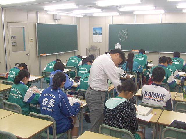 講師は机間指導をこまめに実施しています