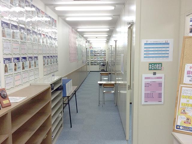 校舎の廊下は頑張った生徒の笑顔や前向きな意気込みなどであふれています