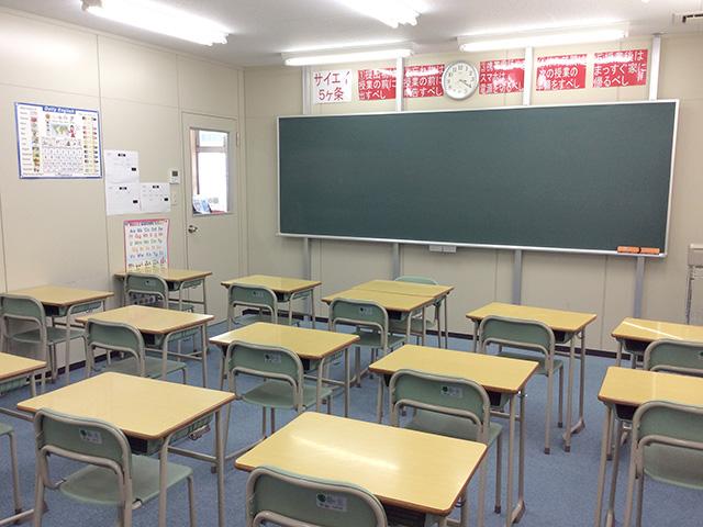 大きめの黒板と綺麗な教室で、皆さん一生懸命勉強しています。是非体験してみて下さい!!