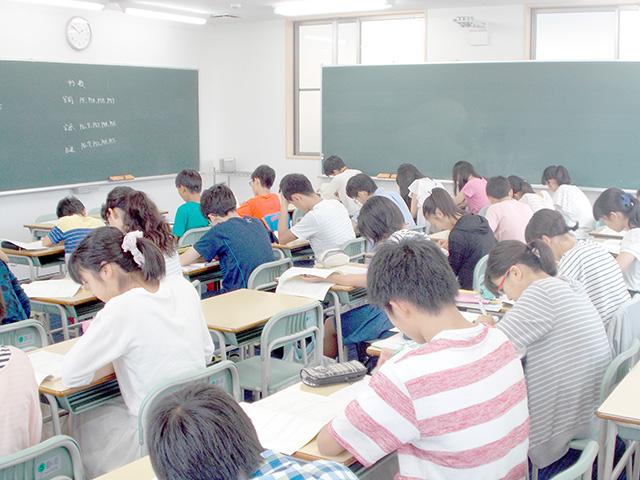 『静かに集中して学習する』テスト前の自習室。教室を開放して勉強しています。