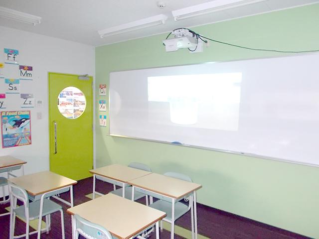 普段、理科の授業で使用している教室です。動画を見せながら授業をしています。