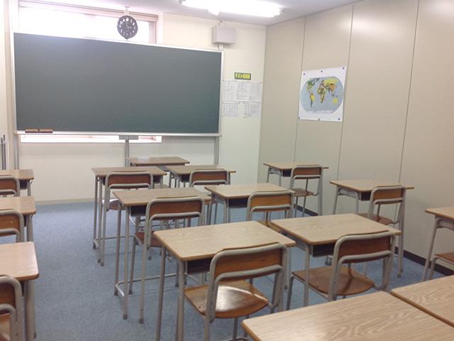 第2教室です。16名分の席があります。