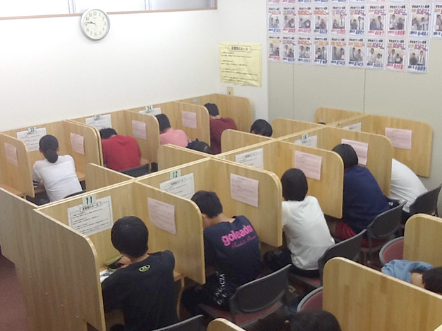 自慢の自習室です。学校のワークや塾の宿題等、みんな一生懸命頑張っています。