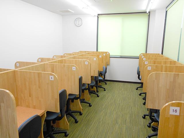 自習室です。授業が無い日でもこちらでみなさんが勉強しています。