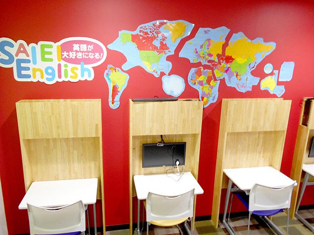 SAIEI Englishで使う部屋です。ここにあるモニターを使って、海外の先生とマンツーマンで英語を楽しく学ぶことができます。
