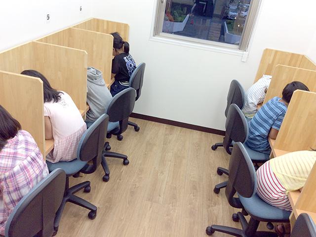 自習室は連日利用者で席がいっぱいです。