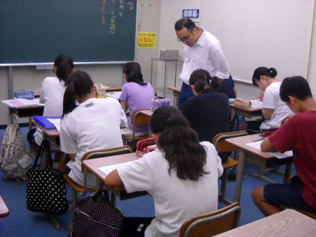 授業では机間巡視をして生徒がつまずいていたり、間違えているところを指摘したりし、講師の一方的な授業にならないように心掛けています。