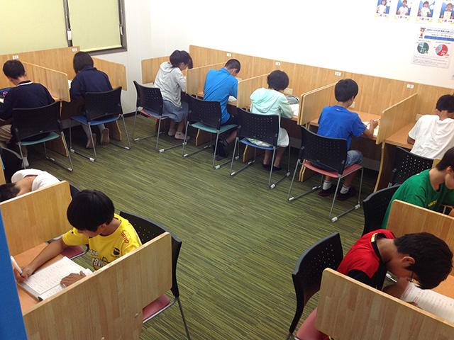自律学習教室で、勉強している様子です。