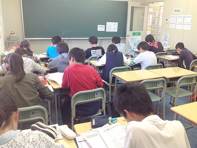 集中する生徒達。成績向上のヒミツは…