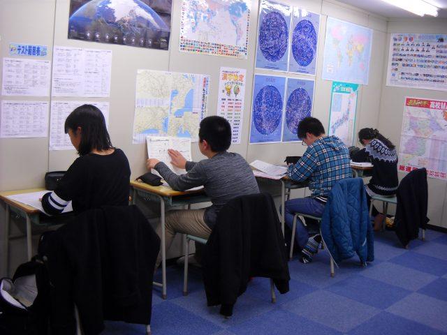 自習室を設置しています。自分の授業の無い日も利用できます。テスト前は緊張感が増します。