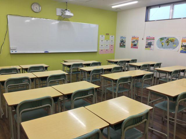 各教室も広くてきれいです。電子黒板も活用し映像を使った授業を展開。