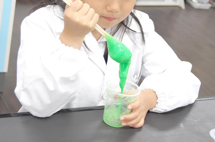 Lab 小学生コース(初級) 3月の実験は「化学反応」~スライム作り~