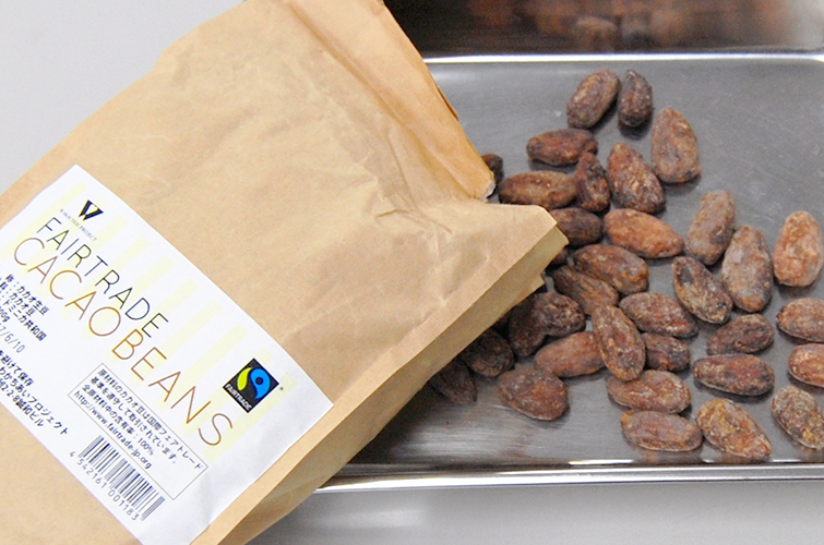 英語で理科実験 4月の実験は「Chocolate」~カカオ豆からチョコレート~