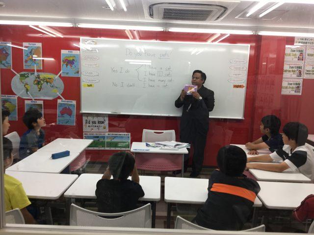 英語の授業の様子です。外国人コーチのアクティブな授業を展開します。