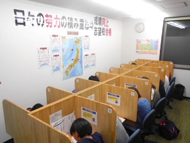 個別ブースの自習室です。授業のない日も利用でき、学習習慣が身に付きます。空気清浄器を設置しました。