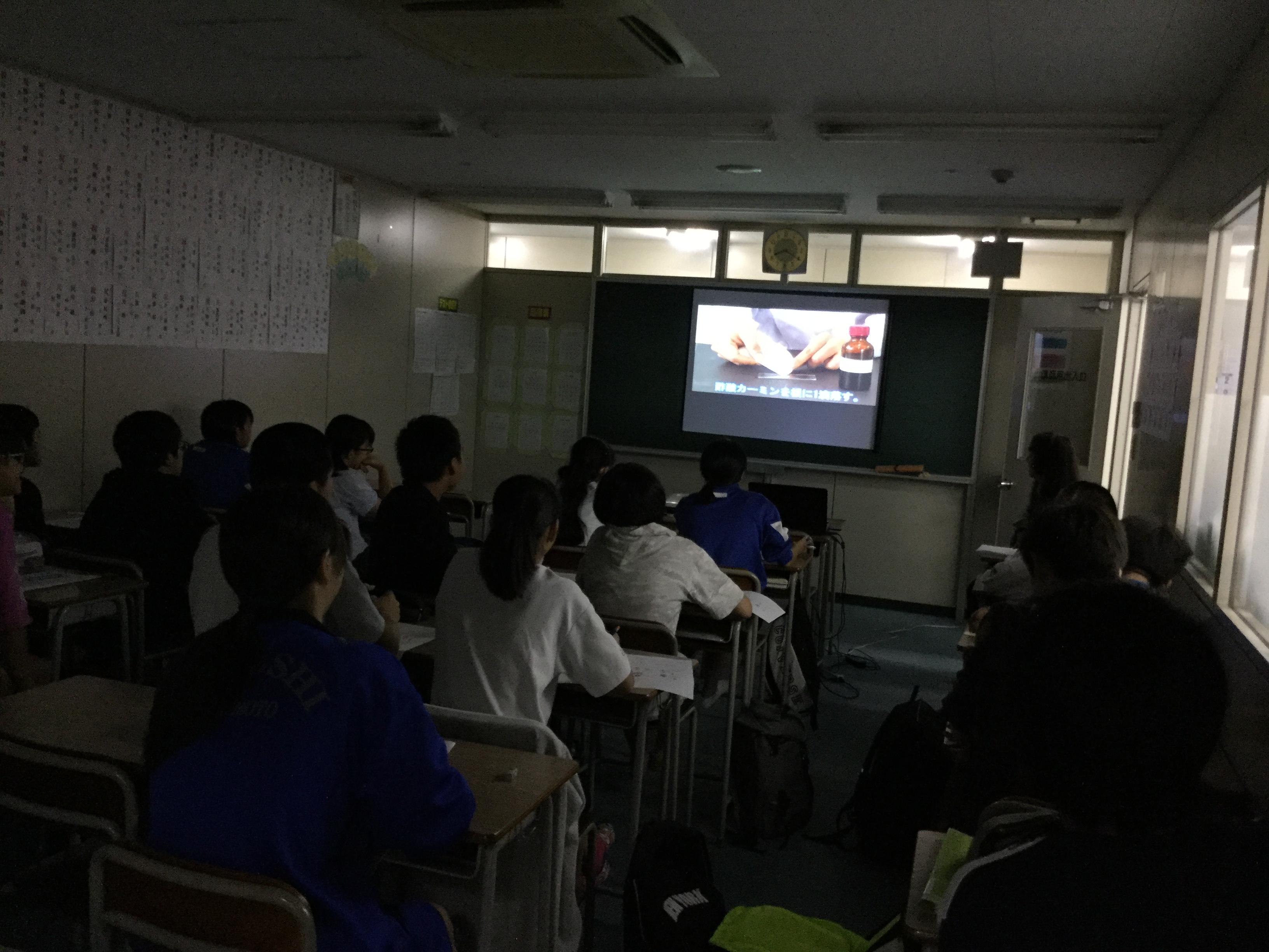 理科の授業では文面だけでは分かりずらい実験の動画を見て、理解をさらに深めます。