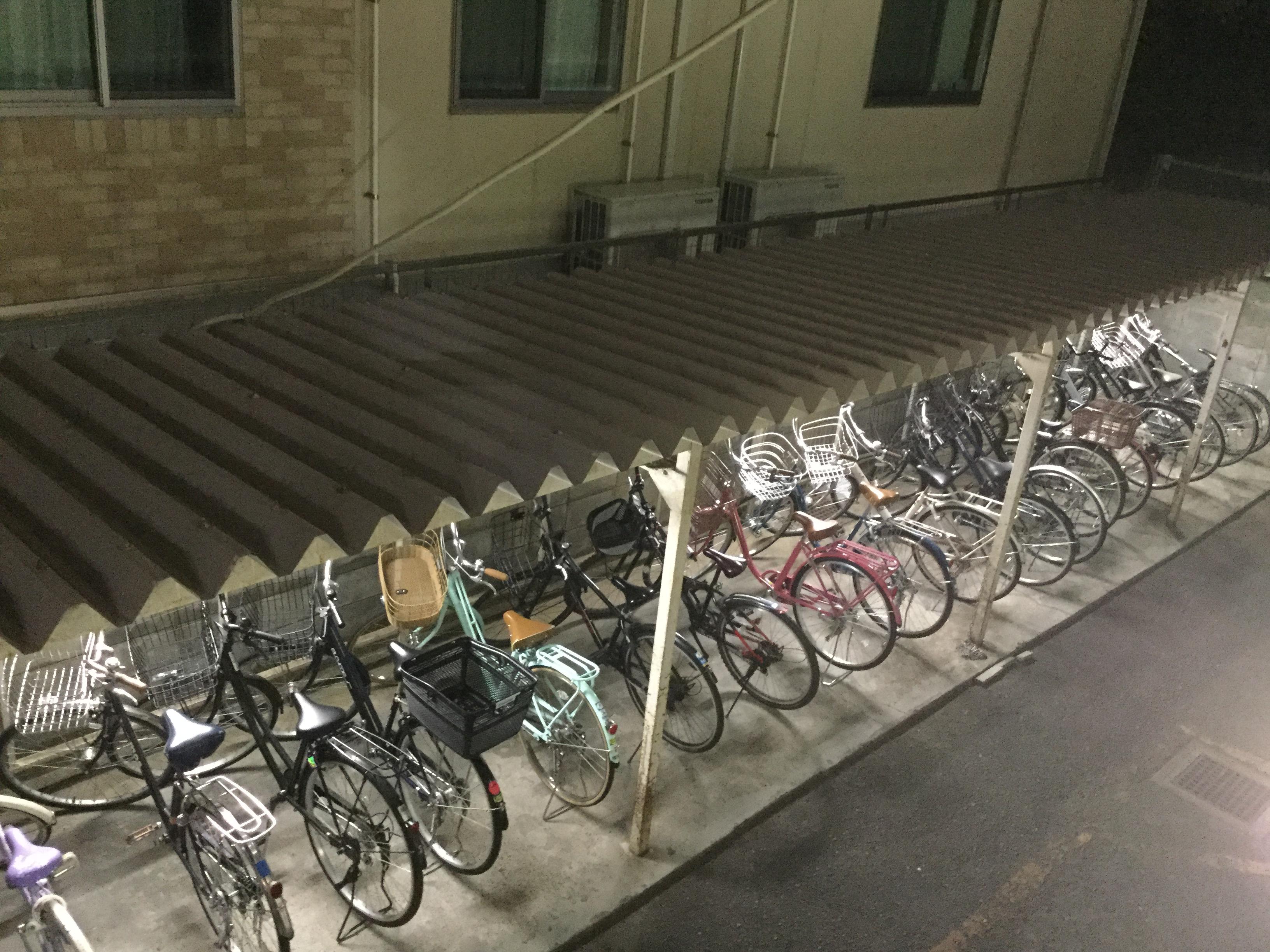 専用駐輪場には、自転車がきれいにたくさん並んでいます。