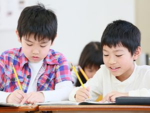 勉強する男の子2人