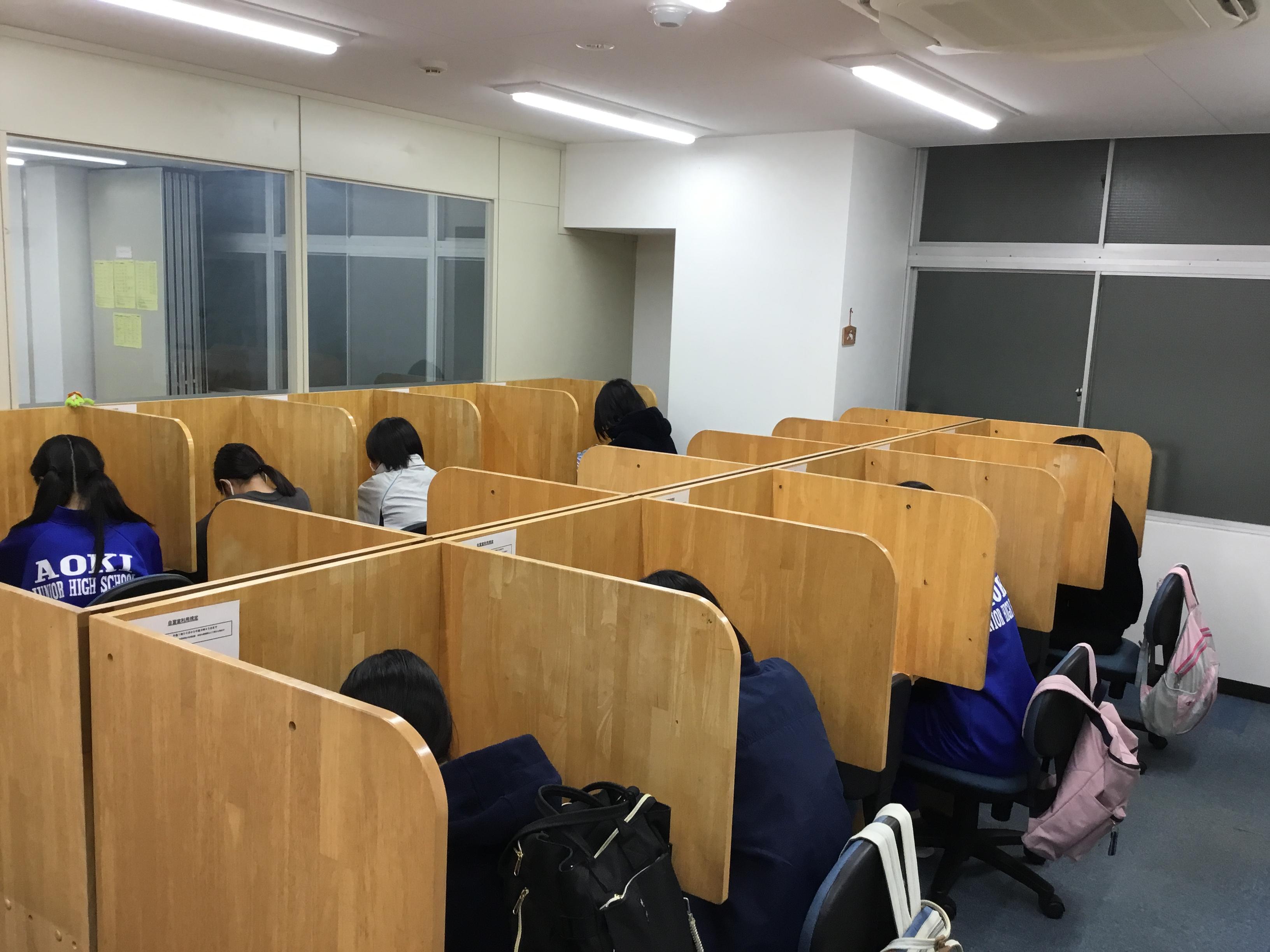 【仕切り付きの自習スペースです】両側に仕切りがあり、自分の勉強に集中できます。学校の定期テスト勉強や検定試験、受験勉強など、長時間の勉強に最適です。また全席にコンセントがありますので、リスニングの勉強もできます。